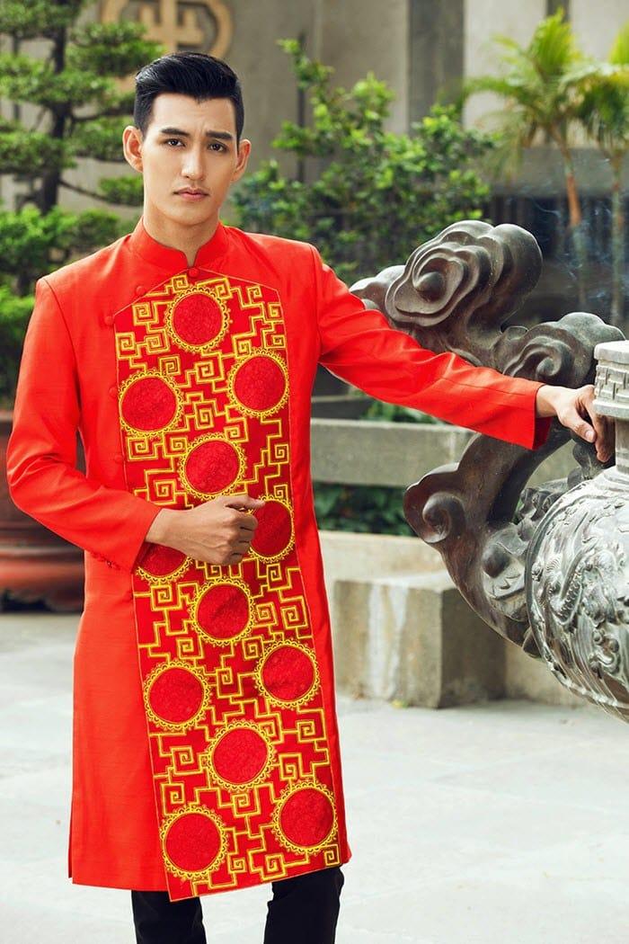Áo dài nam cách tân đỏ phối gấm đặc sắc