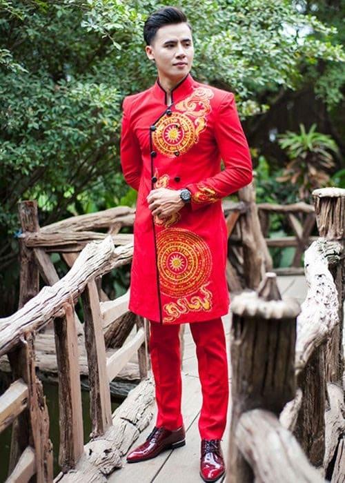 Áo dài nam cách tân đỏ vẽ họa tiết vàng