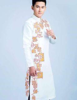 Áo dài nam cách tân trắng nổi bật với họa tiết hình khối