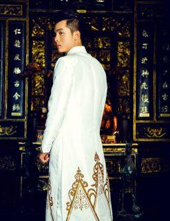 áo dài nam cách tân trắng vẽ họa tiết vàng đồng