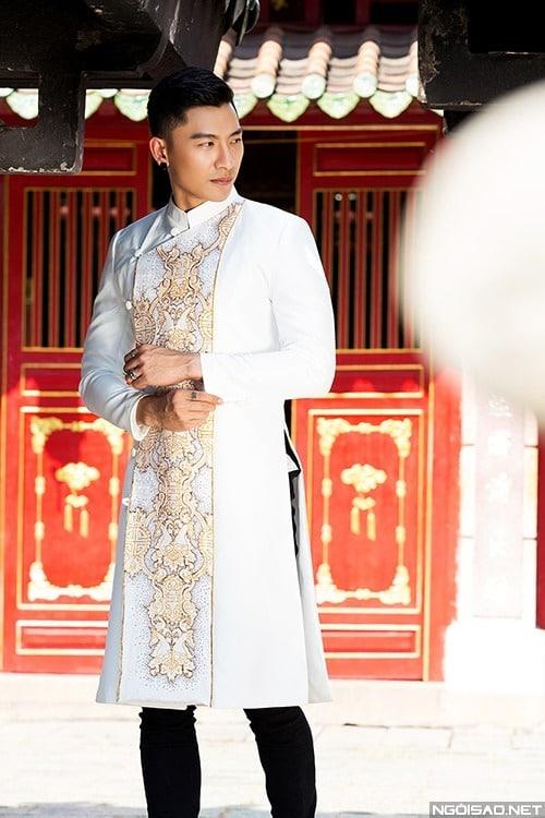 Áo dài nam cách tân trắng vẽ họa tiết hoàng gia
