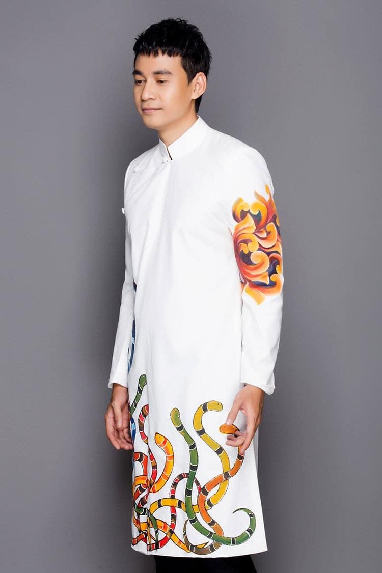Áo dài nam cách tân trắng vẽ họa tiết rắn nhiều màu