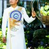 áo dài nam cách tân trắng với họa tiết rồng nổi bật