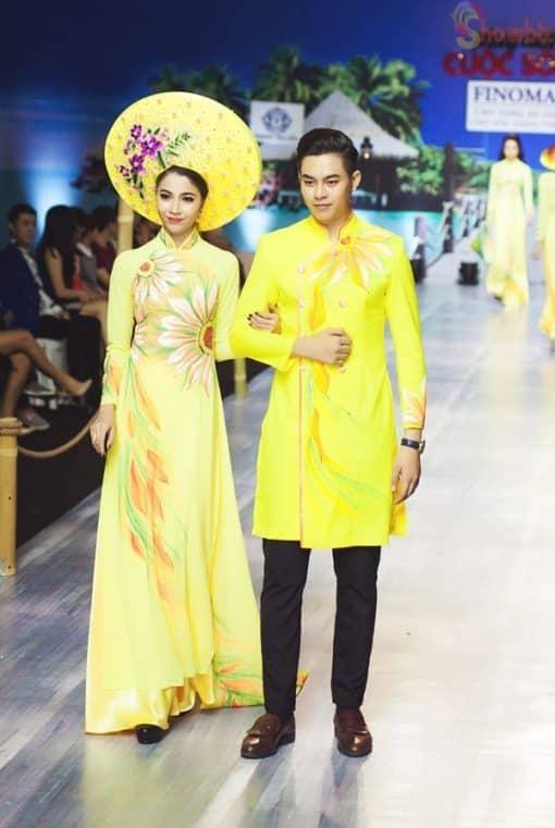 Áo dài nam cách tân vàng vẽ họa tiết nhiều màu