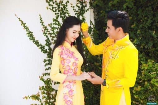 Áo dài nam vàng vẽ hoa mùa thu