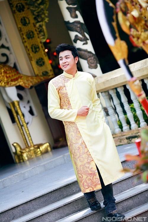 Áo dài nam cách tân với gam màu vàng tươi sáng