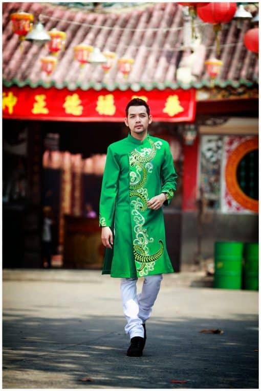 áo dài nam cách tân xanh lá vẽ họa tiết vàng nổi bật