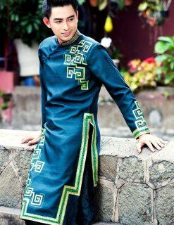 áo dài nam cách tân màu xanh vẽ họa tiết trẻ trung