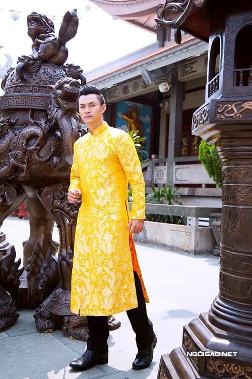 Áo dài nam gấm vàng rồng dành cho chú rể