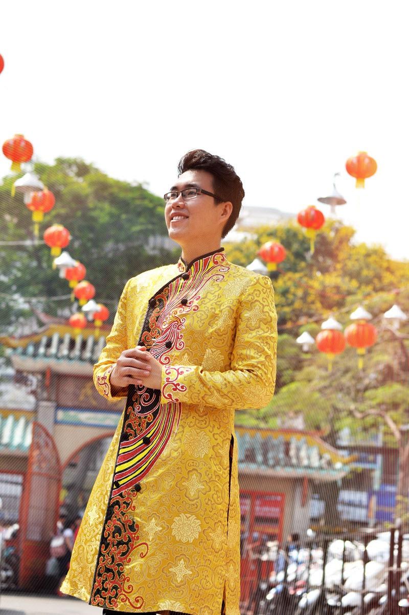 Áo dài nam gấm vàng họa tiết nổi bật