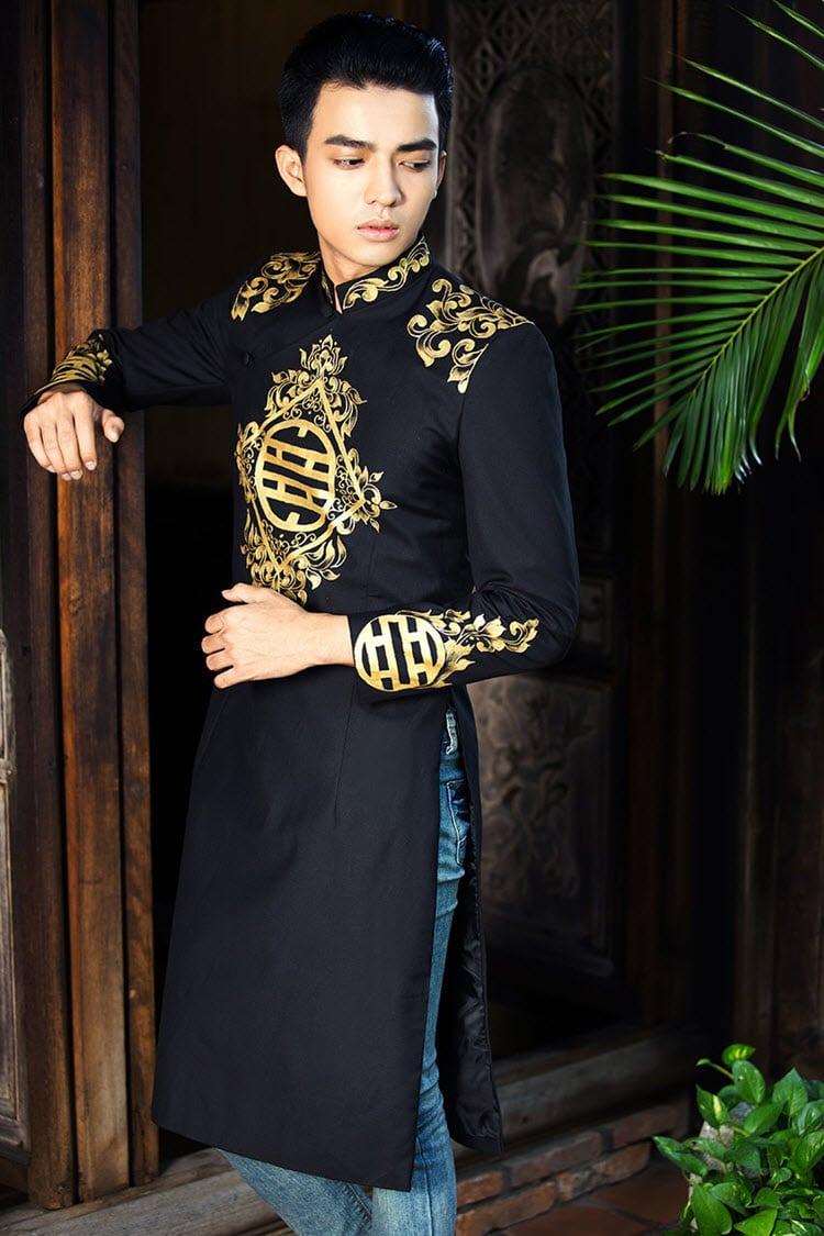 Áo dài nam đen vẽ họa tiết vàng truyền thống