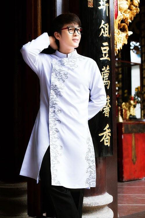 Áo dài nam trắng họa tiết đơn giản, tinh tế