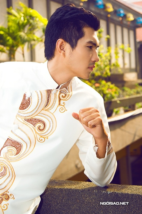 Áo dài nam trắng vẽ họa tiết trang nhã