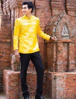 Áo dài nam vàng form ngắn nổi bật