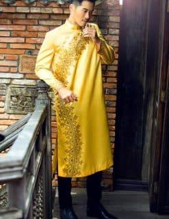 Áo dài nam cách tân vàng nổi bật hoa văn chữ S