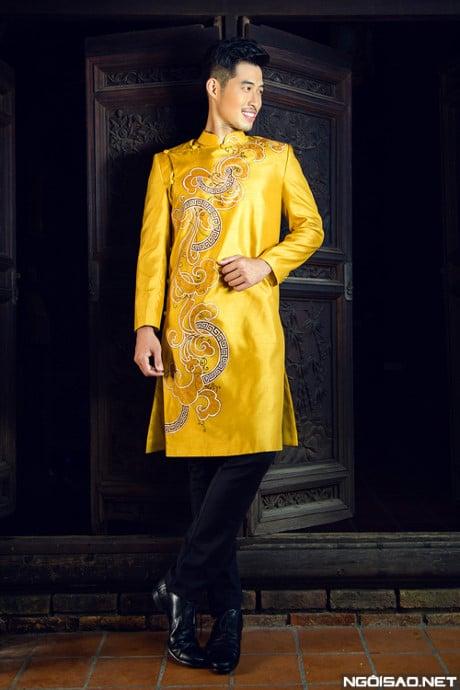 Áo dài nam cách tân vàng hoa văn uốn lượn