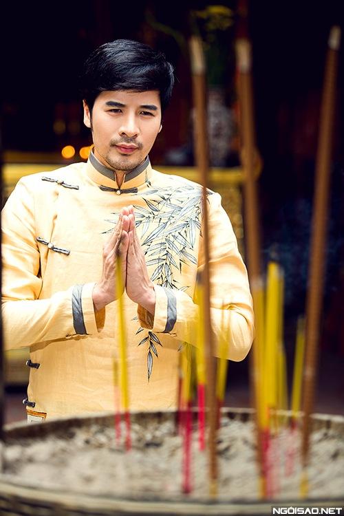 Áo dài nam vàng họa tiết trang nhã