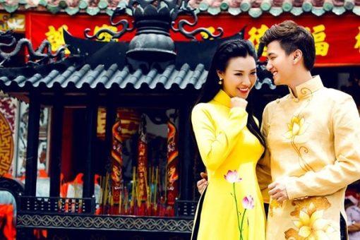 Áo dài nam cách tân vàng vẽ hoa sen tinh tế