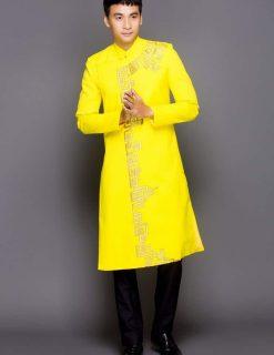 Áo dài nam vàng vẽ hoa tiết truyền thống
