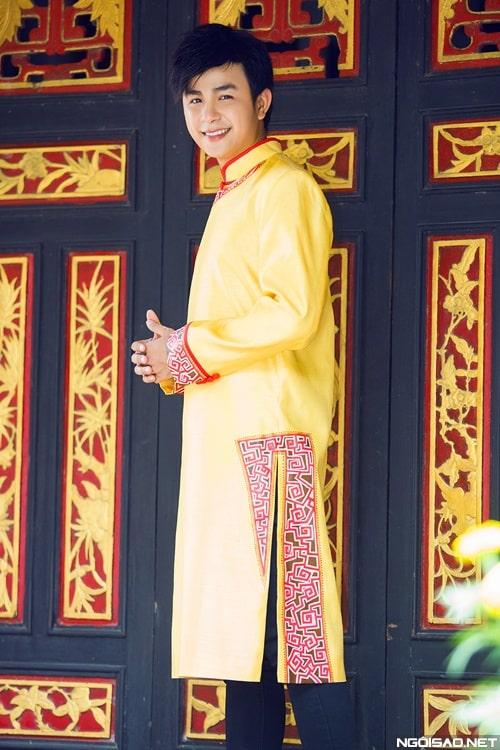 áo dài nam cách tân vàng viền đỏ nổi bật