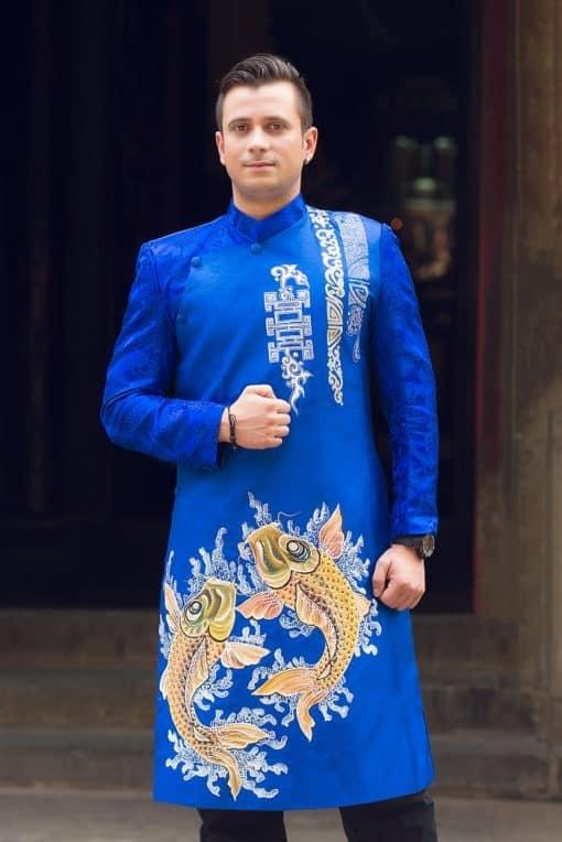 Áo dài nam xanh cuốn hút với họa tiết cá vàng
