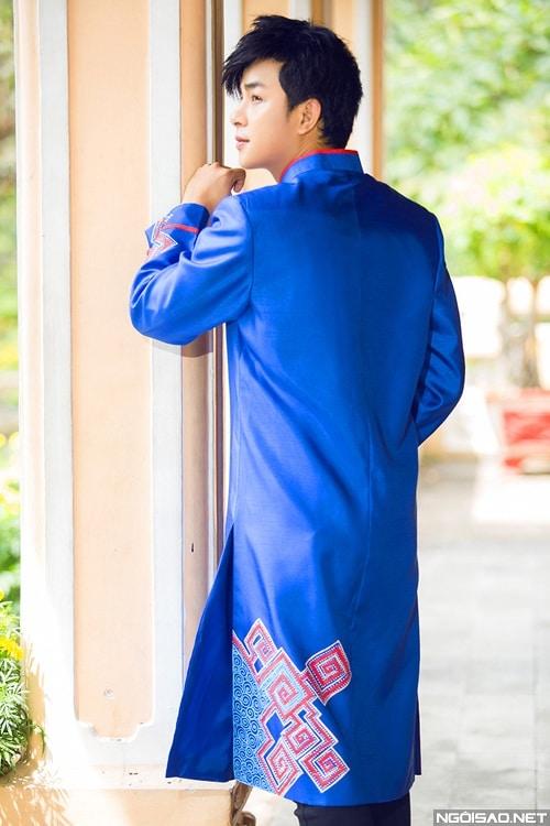 Áo dài nam xanh họa tiết đỏ cứng cáp