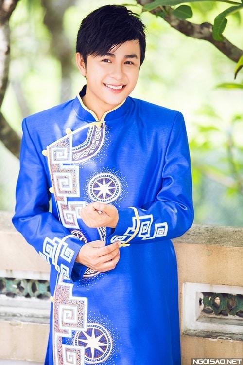 Áo dài nam xanh họa tiết hiện đại trẻ trung