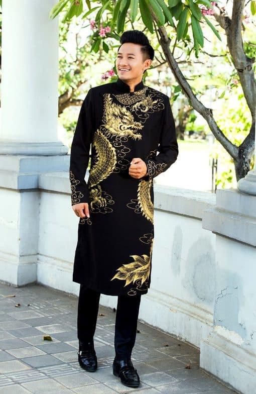 Áo dài nam cách tân đen họa tiết rồng nổi bật