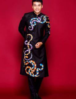 Áo dài nam đen cá tính vẽ họa tiết rắn nhiều màu