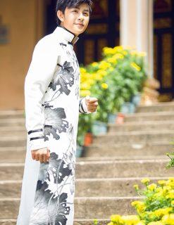 Áo dài nam cách tân trắng hoa sen xám ấn tượng