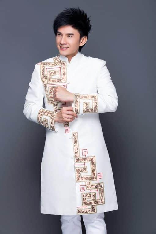 Áo dài nam trắng vẽ họa tiết trẻ trung