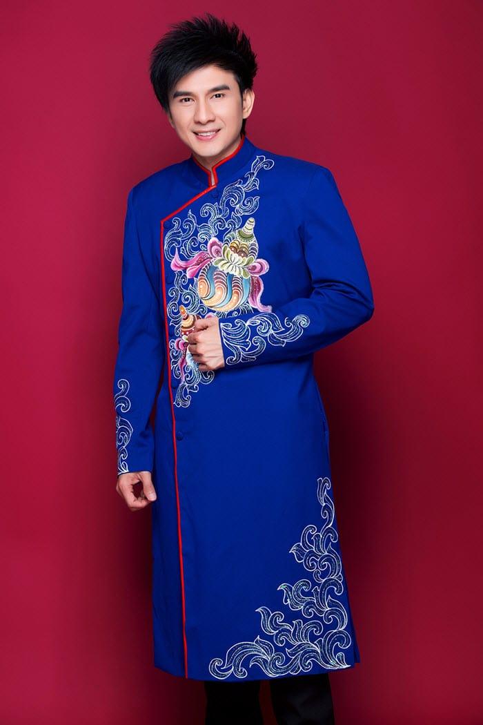 Áo dài nam xanh vẽ họa tiết hồ lô nhiều màu sắc