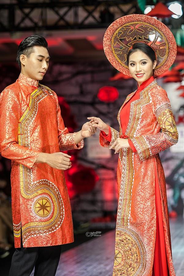Áo dài cưới màu đỏ họa tiết trống đồng cách điệu