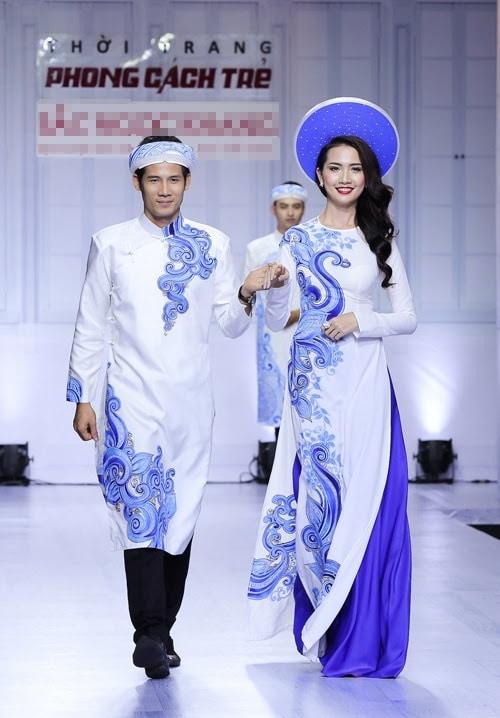 Áo dài cưới cặp màu trắng họa tiết xanh lam nổi bật