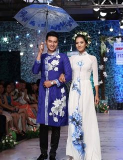 Áo dài cưới xanh coban vẽ họa tiết hoa sen