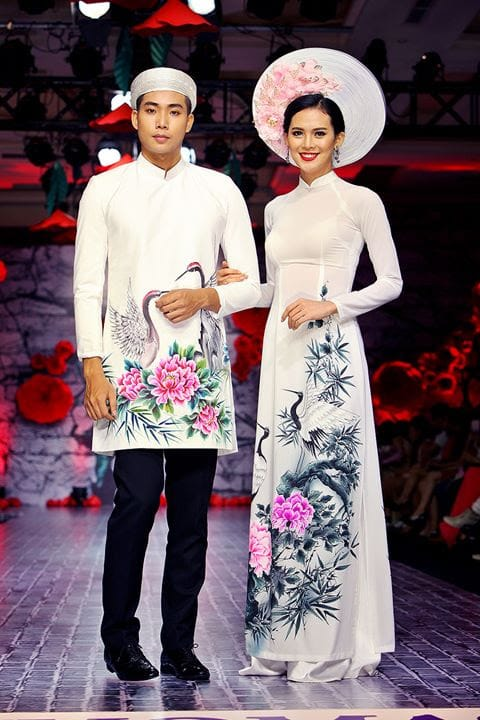áo dài cưới màu trắng vẽ họa tiết tùng hạc