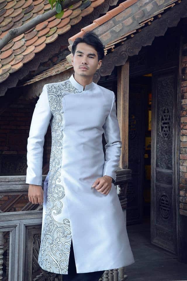 Áo dài nam màu bạc vẽ hoa văn sang trọng