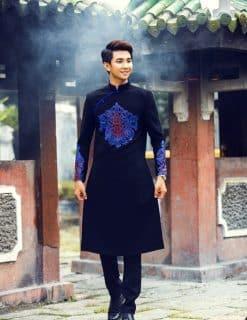 Áo dài nam đen họa tiết độc lạ ấn tượng