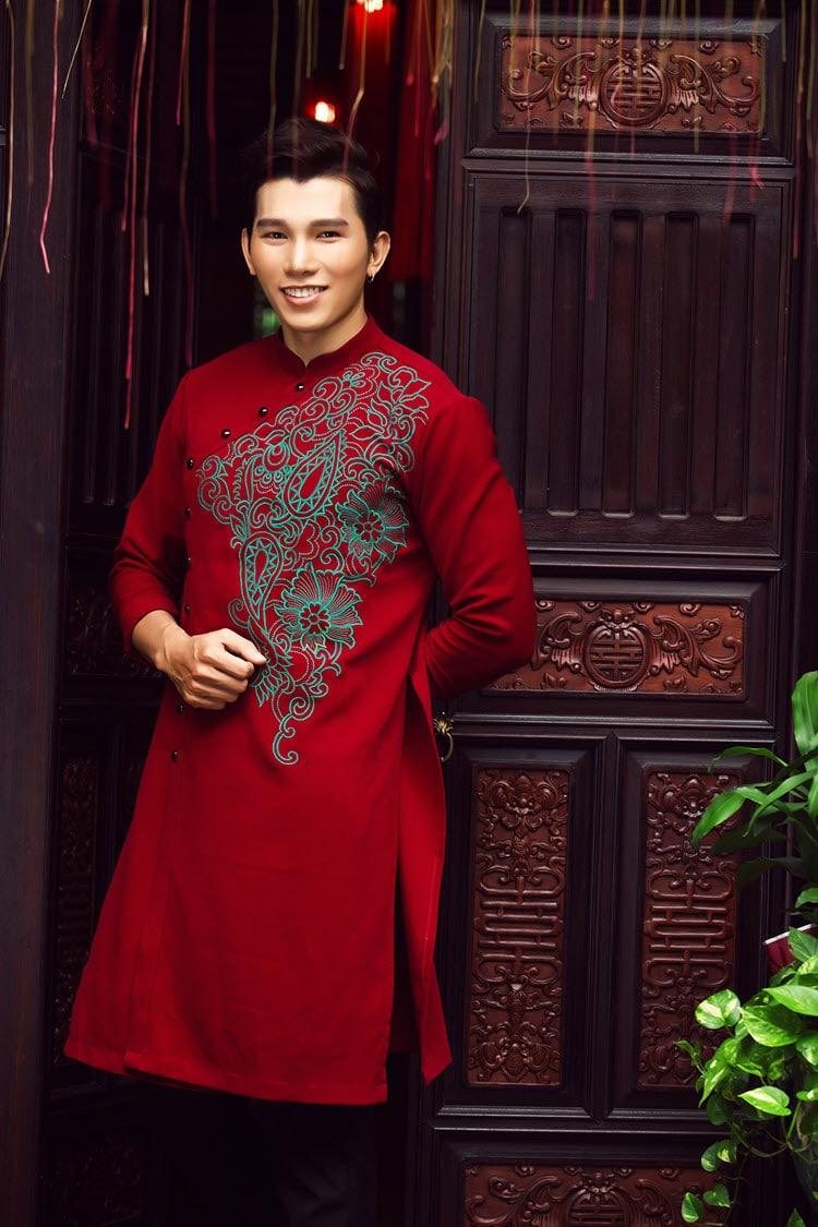 Áo dài nam cách tân đỏ vẽ họa tiết lạ mắt