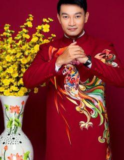 Áo dài nam đỏ lịch lãm với họa tiết gà trống