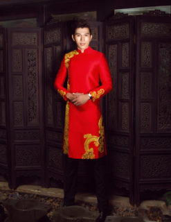 Áo dài nam đỏ nổi bật với hoa văn vàng