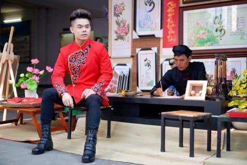 Áo dài nam đỏ vẽ họa tiết trẻ trung