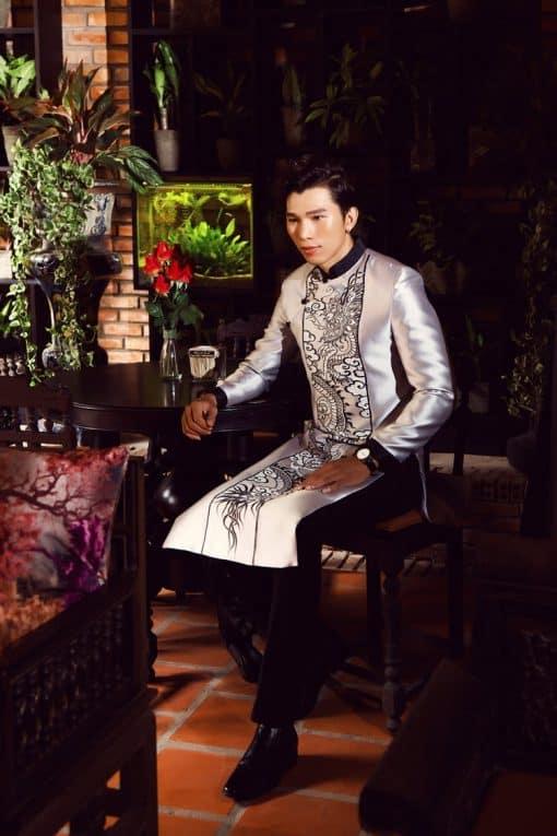 Áo dài nam màu trắng bạc vẽ họa tiết rồng