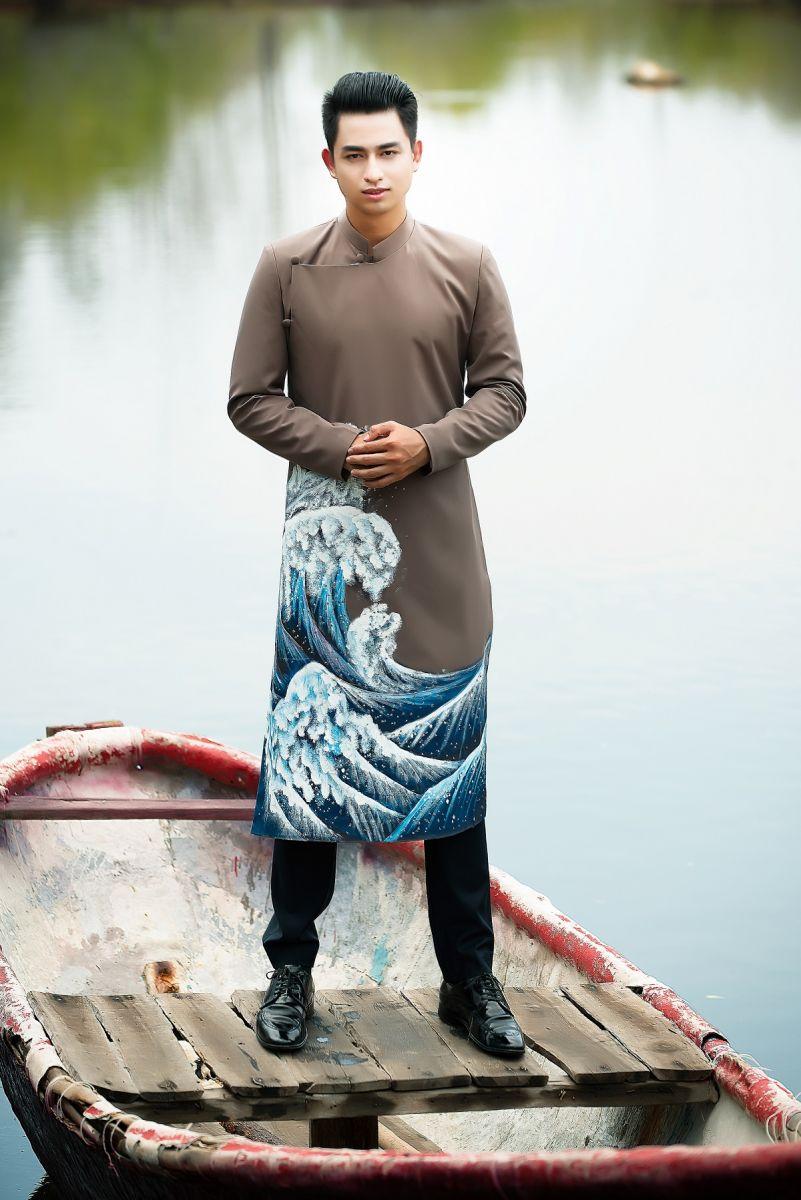 Áo dài nam cách tân nâu đất vẽ họa tiết sóng biển