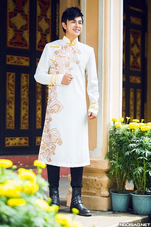 Áo dài nam cách tân trắng họa tiết màu sắc nhẹ nhàng