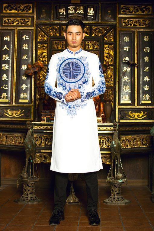 Áo dài nam trắng hoa văn xanh ấn tượng