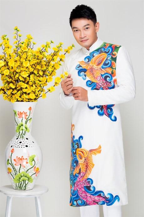 Áo dài nam trắng nổi bật với họa tiết cá chép