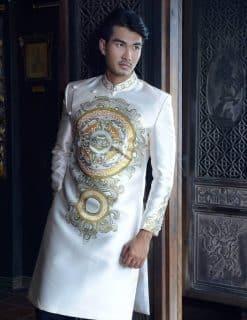 Áo dài nam trắng sang trọng với hoa văn độc lạ