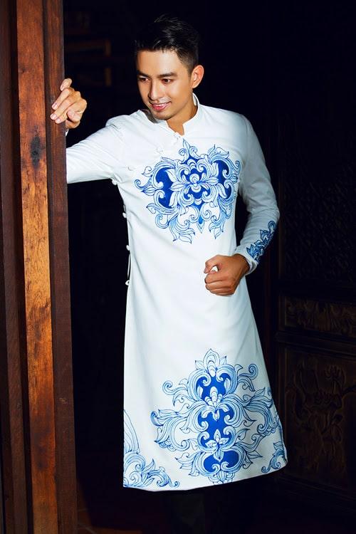 Áo dài nam trắng trẻ trung vẽ họa tiết xanh