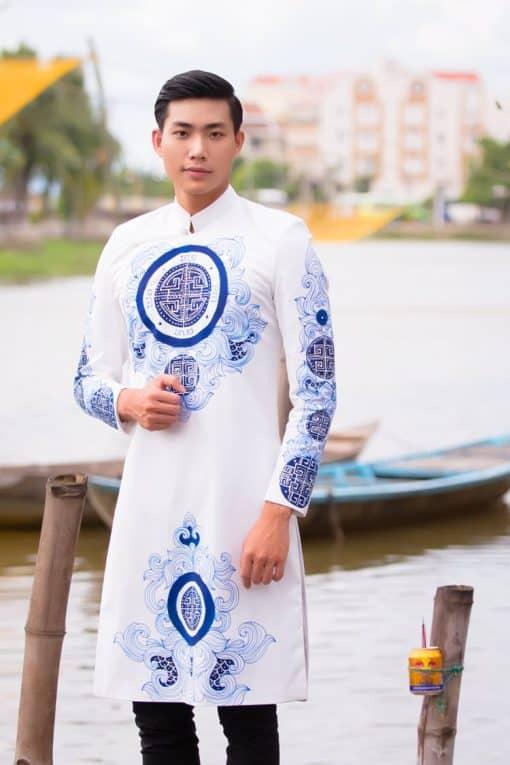 Áo dài nam trắng vẽ họa tiết cung đình